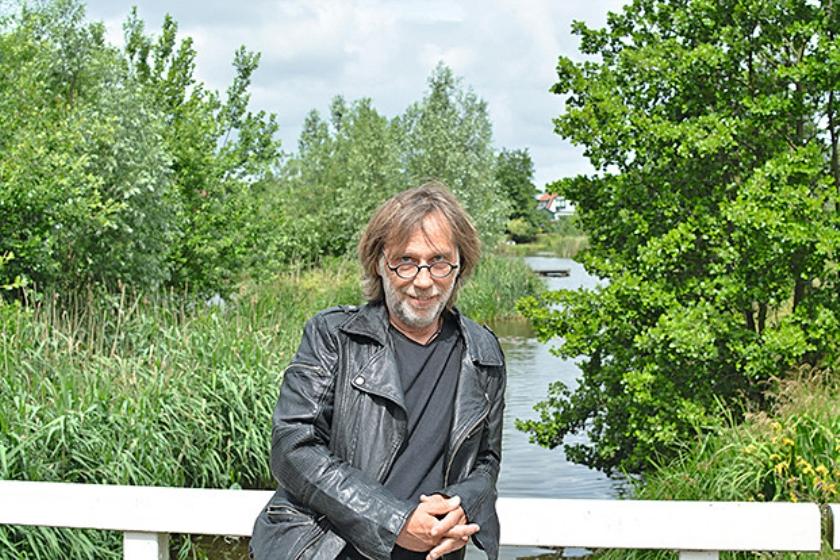 Peter Beekman op een brug